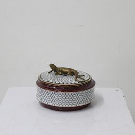 15Cm Cir Ceramic Red & Cream Scales Patt Pot with Brass Lizard on Lid